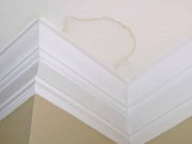 Желтое пятно на потолке