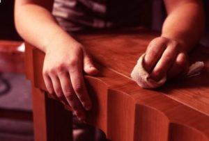 Чем очистить зеленку на деревянной мебели